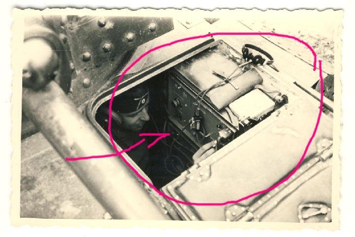 Panzer-38t-der-12-Pz-Div-Funker-mit-Funkanlage-im-Panzer-Detail-Foto