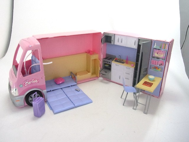 barbie rosa wohnmobil auto wohnwagen m dchen mit pool. Black Bedroom Furniture Sets. Home Design Ideas
