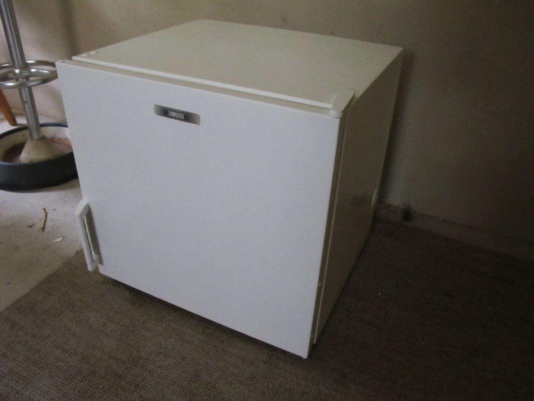 zanussi zv 55 fb 50l klein mini gefrierschrank. Black Bedroom Furniture Sets. Home Design Ideas